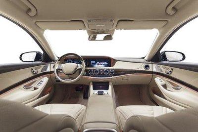 Để ý đến tầm nhìn khi ngồi trong xe lái thử.