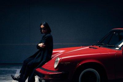 Chùm ảnh người đẹp bên xế cổ Porsche 911 SC đỏ nổi bật.