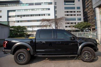 Ảnh chụp thân xe thấp Ford F-150 Raptor Black Edition 2020 a