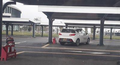 """Hình ảnh phần đuôi xe của chiếc xe """"lạ"""" cũng được tiết lộ."""