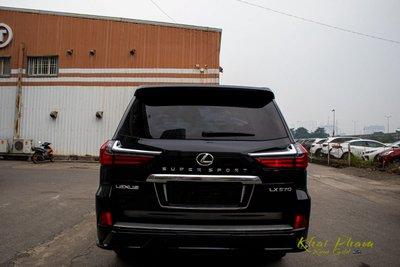 Ảnh chụp đuôi xe Lexus LX570 Super Sport 2020