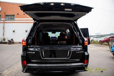 Ảnh chụp cốp xe Lexus LX570 Super Sport 2020