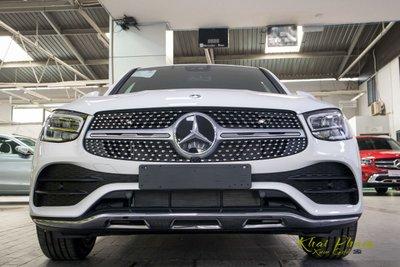 Ảnh chụp chính diện đầu xe Mercedes-Benz GLC 300 Coupe 2020