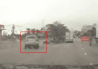 Ô tô bất ngờ chạy vào đường ngược chiều khi thấy chốt kiểm tra thân nhiệt...