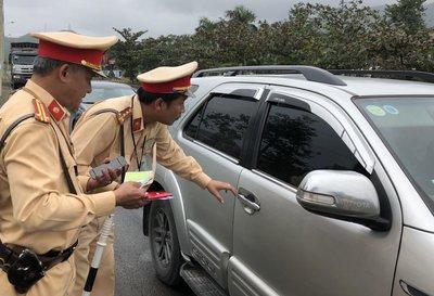 Tài xế phải mang bao hiểm bắt buộc khi tham gia giao thông.
