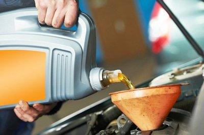 Xe ô tô đi bao nhiêu km thì cần thay dầu nhớt? - Ảnh 1.