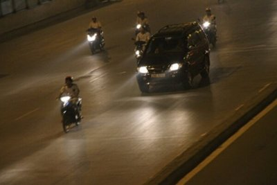 Bật đèn chiếu sáng ban ngày không phải là hành vi vi phạm giao thông.