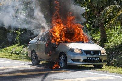 Xe ô tô bị cháy do nguyên nhân gây tai nạn giao thông.