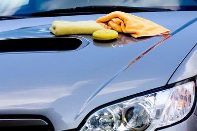 Rửa xe và đánh sáp bảo vệ.