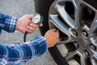 kiểm tra áp suất lốp.