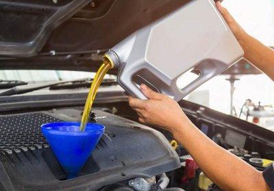 thay dầu động cơ.