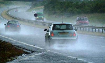 Khi gặp trời mưa, tài xế nên chủ động giảm tốc độ.