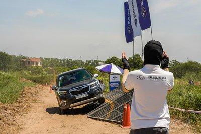 Khách hàng sẽ bất ngờ với khả năng ổn định của Subaru Forester khi đi trên dốc nghiêng.