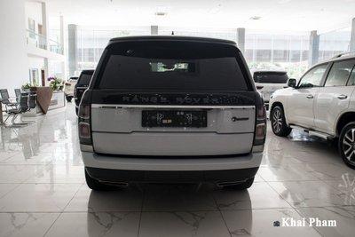 Ảnh chính diện đuôi xe Range Rover SVAutobiography 2020