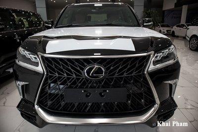 Ảnh chính diện đầu xe Lexus LX570 2020 bầu trời sao như Rolls-Royce