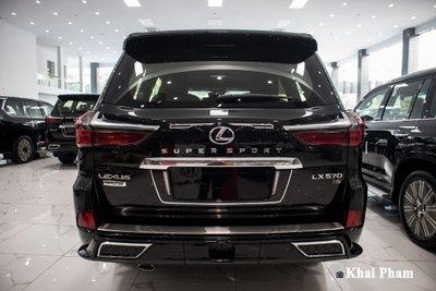 Ảnh chính diện đuôi xe Lexus LX570 2020 bầu trời sao như Rolls-Royce