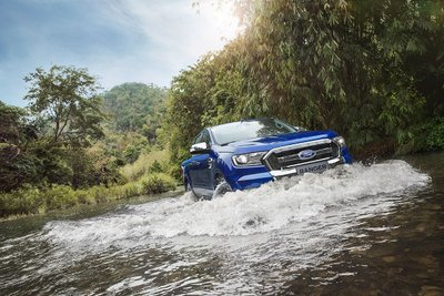 Cách lái xe qua vùng ngập nước đúng cách.