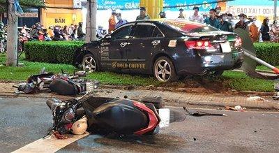 Tài xế lái Toyota Camry đạp nhầm chân ga gây tai nạn hàng loạt.