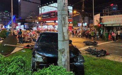 Chiếc Toyota Camry dừng lại khi đâm vào trụ điện.