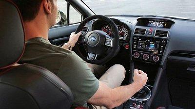 Khi dừng đèn đỏ trong thời gian dài, tài xế có thể kéo phanh tay và bỏ chân khỏi phanh.