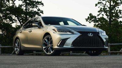 Lexus ES 2021 facelift chào giá từ 925 triệu đồng.