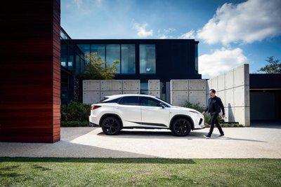 Lexus RX Black Line 2021 trang trí hấp dẫn.
