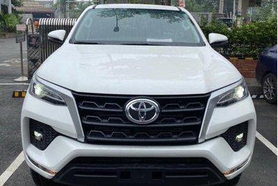 Lộ ảnh Toyota Fortuner 2020 tại đại lý trước ngày ra mắt, đáp trả Kia Sorento a1