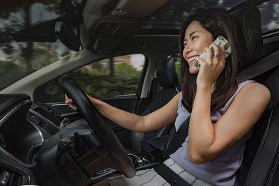 dùng điện thoại khi lái xe.