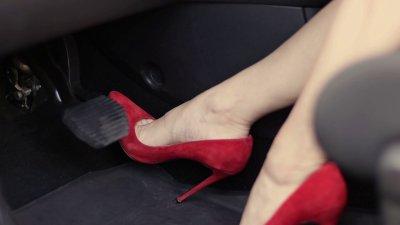 Tuyệt đối không mang giầy cao gót khi lái xe.