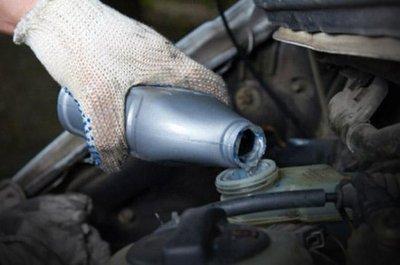 Thay dầu phanh ô tô.