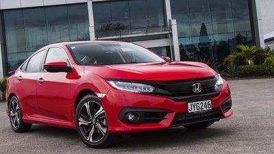 Honda Civic bám sát Camry và thể hiện độ cuốn hút khó bỏ qua.