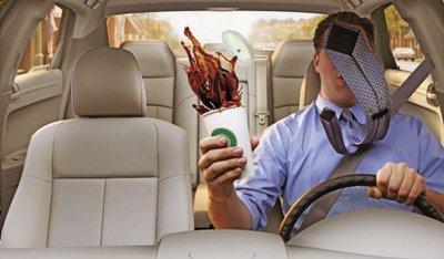 Việc lái xe bằng cả hai chân trên xe số tự động có nguy cơ gây mất an toàn.