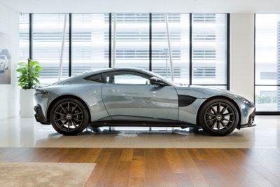 Aston Martin Vantage Dark Knight Edition bắt mắt từ cái nhìn đầu tiên.