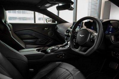Aston Martin Vantage Dark Knight Edition sở hữu trang bị tối tân.