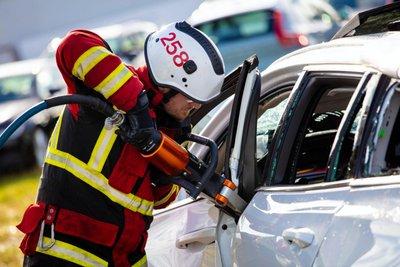 Video: Xe Volvo lao thẳng đứng từ độ cao 30m, thách thức đội cứu hộ - Ảnh 1.