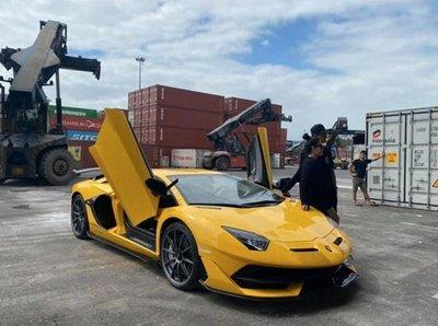 Chiếc Lamborghini Aventadorthứ 2 được sơn màu vàng nổi bật 1