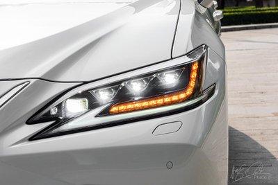 Cụm đèn pha với cụm 3 bóng Bi-LED trên Lexus ES 2021.