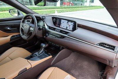 Nội thất của Lexus ES 2021.