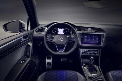 Volkswagen Tiguan 2021 R toát lên thần thái thể thao thượng thừa.