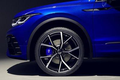 Volkswagen Tiguan 2021 R phối hợp ăn ý với tay lái trên mọi nẻo đường.
