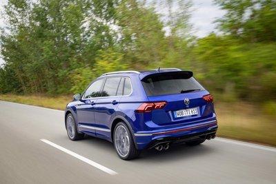 Volkswagen Tiguan 2021 R hứa hẹn trải nghiệm lái tuyệt đỉnh với các tay lái đam mê tốc độ.