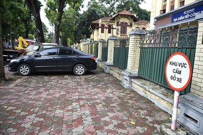 Mức phạt đối với hành vi đỗ xe sai quy định trước cổng cơ quan, tổ chức là từ 800.000 -1 triệu đồng.