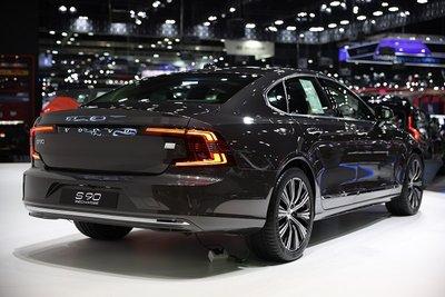 Volvo S90 Recharge 2021 mạnh mẽ, nhạy bén và thân thiện môi trường.