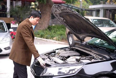 Người mua cần kiểm tra các giấy tờ đầy đủ trước khi mua xe.