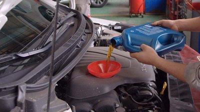 Nên thay dầu sau khi mua xe cũ.