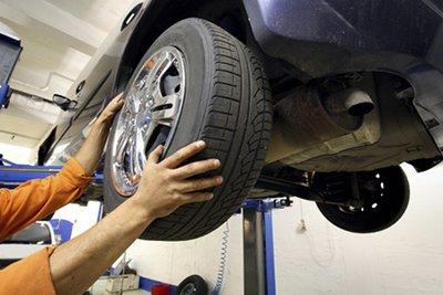 Kiểm tra độ mòn của lốp.