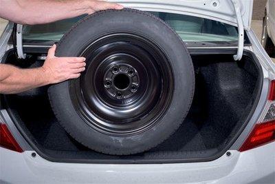 Nên lắp lốp dự phòng ở bánh trước của xe.