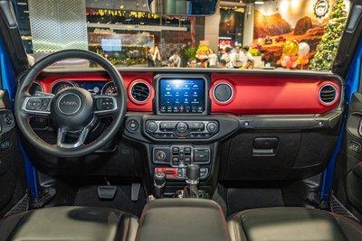 Không gian nội thất Jeep Gladiator 2020 được bán tại Việt Nam 1