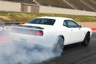 Dodge Challenger Scat Pack có mức giá hợp lý.