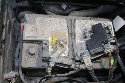 Ắc-quy của chiếc xe sau khi bị cháy đo được hiệu điện thế 12,47V. (Ảnh do MBV cung cấp).